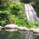 混浴露天の正面に滝が流れ落ちる