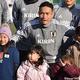 子どもたちと記念撮影する日本代表DF長友佑都
