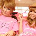オープニングセレモニーに出席したタレントの桃華絵里(写真左)