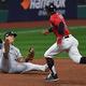 二塁に送球するヤンキースのジオバニー・ウルシェラ【写真:AP】