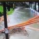 豪雨の日にマンホールに落ちた女性を輔警が救助 福建省泉州市