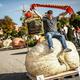 ドイツ南部ルートビヒスブルクで開催された、カボチャの重さを競う大会で優勝したマリオ・ファンゲールさんと1013キロのカボチャ(2019年10月13日撮影)。(c)Christoph Schmidt / dpa / AFP