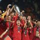 UEFAネーションズリーグ決勝、ポルトガル対オランダ。トロフィーを掲げるポルトガルのクリスティアーノ・ロナウド(中央、2019年6月9日撮影)。(c)PATRICIA DE MELO MOREIRA / AFP