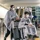 香港国際空港の様子。CNN記者は香港と日本の空港で検疫態勢が大きく異なるとの見方を示す/Anthony Kwan/Getty Images AsiaPac/Getty Images
