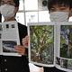 発行された「海の京都・丹後の巨樹ものがたり」を手にするフィールド探究部員ら=京都府宮津市で2021年4月30日午後4時29分、松野和生撮影