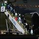 全豪オープンテニスのチャーター機でメルボルンに到着した選手とスタッフ(2021年1月14日撮影)。(c)William WEST / AFP
