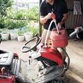 ガソリン携行缶で四輪バギーに給油する橋本さん。最寄りのガソリ