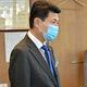野本正人議長(左)に松村議員に対する辞職勧告決議案を示す会派「市議会自民」のメンバーたち=2020年5月28日、金沢市議会