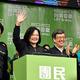 台湾総統選挙で圧勝し、支持者らに向け手を振る民進党の蔡英文総統(左から2人目)=2020年1月11日夜、台北市、仙波理撮影