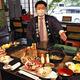 ノーショーで無駄になってしまった炉端料理を紹介する田中専務(6月28日、那須塩原市の湯守田中屋で)