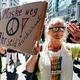 「マスクを外そう」と書かれたプラカードを手に行進するドイツの反マスクのデモ参加者=1日、ベルリン(AFP時事)