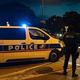 仏パリ近郊コンフランサントノリーヌで、教師が殺害された現場近くで警備に当たる警察(2020年10月16日撮影)。(c)ABDULMONAM EASSA / AFP