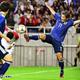 ボールに飛びつく永井(右)