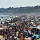 英イングランド南部ボーンマスの海岸を訪れた海水浴客(2020年6月25日撮影)。(c)Glyn KIRK / AFP