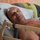 フランス・ディジョンの自宅のベッドに横たわるアラン・コックさん(2020年8月12日撮影)。(c) PHILIPPE DESMAZES / AFP