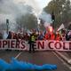 フランス・パリで、横断幕を掲げて抗議デモに参加する消防士ら(2019年10月15日撮影)。(c)AFP=時事/AFPBB News