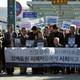 昨年11月29日、故人となった元徴用工の遺影を掲げて韓国大法院に入る原告・弁護団ら=ソウル、武田肇撮影