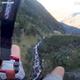スリル満点!「スピードフライング」で山肌すれすれを高速飛行【映像】