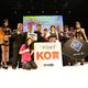 トーナメントで優勝し、ベルトを巻いた田川女神(右から5人目)