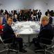 フランス南西部ビアリッツで開催されている先進7か国首脳会議に臨む、参加国の首脳ら(2019年8月25日撮影)。(c)AFP=時事/AFPBB News