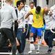 サッカー国際親善試合、ブラジル対カタール。スタッフの肩を借り控室に引き揚げるブラジルのネイマール(右から2人目、2019年6月5日撮影)。(c)EVARISTO SA / AFP