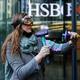 英銀HSBC本社ビル、環境活動家が窓ガラス破壊