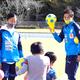 運動教室で子どもたちを指導する永里優季(左)と兄・源気