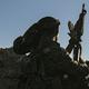 シリア・デリゾールで、イスラム過激派組織「イスラム国(IS)」を丘の上から見張るシリア民主軍(SDF)の戦闘員(2019年3月18日撮影)。(c)Delil souleiman / AFP