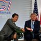 フランス南西部ビアリッツで行われた日米首脳会談に臨む、安倍晋三首相(左)とドナルド・トランプ米大統領(2019年8月25日撮影)。(c)AFP=時事/AFPBB News