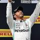 19F1第8戦フランスGP決勝。優勝を飾り、トロフィーを宙に投げるメルセデスAMGのルイス・ハミルトン(中央、2019年6月23日撮影)。(c)GERARD JULIEN / AFP
