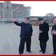 元山葛麻海岸観光地区の建設現場で現地指導する金正恩氏(2018年11月1日付朝鮮中央通信)