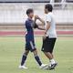 1得点2アシストのMF楢原慶輝(鳥栖U-15、左)が森山佳郎監督とがっちり握手