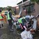 浸水した住宅を片付けるボランティア=17日、栃木県小山市渋井(根本和哉撮影)