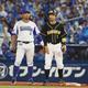 <D・神> 4回2死一、二塁、四球で出塁した鳥谷(右)はロペスに声をかけられる(撮影・大森 寛明)