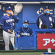 与田剛監督(左)と伊東勤ヘッドコーチのディスタンスが気になる(中は阿波野投手コーチ)