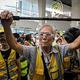 香港・東涌で、ゴーグルを着け、つえを持ってデモに参加する85歳の「ウォンおじいさん」(2019年9月7日撮影)。(c)VIVEK PRAKASH / AFP