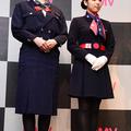 JAL7代目(写真左)、JAL5代目の制服を着たモデルさん