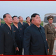 2019年8月6日に行われた「新型戦術誘導弾」の試射を見守る金正恩氏(2019年8月7日付朝鮮中央通信)