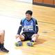 練習後、三浦(右)、松井(中央)と談笑する横浜FC・中村