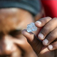 ダイヤモンドと思われる鉱石が見つかる(画像は『TimesLIVE 2021年6月15日付「Dreams of easier life as 'diamond rush' grips KZN after discovery of unidentified stones」(Image: REUTERS/Siphiwe Sibeko)』のスクリーンショット)