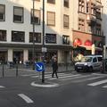 ドイツでは信号のない横断歩道に歩行者がいるとクルマは停止。日
