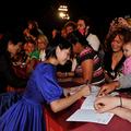 染谷将太、二階堂ふみがヴェネチア国際映画祭でサインをもとめら