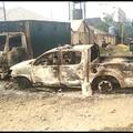 焼け焦げた車両。ナイジェリア南部イモ州オウェリの刑務所前で(