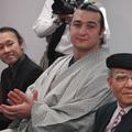 24日、授賞式に出席した(左から)藤野さん、琴欧州関、藤木さん
