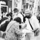 (写真)呼びかけに応え、署名する市民ら=15日、長崎市