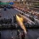 タイ・バンコクで民主派のデモに出動した警察の放水車(2021年2月28日撮影)。(c)Jack TAYLOR / AFP