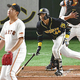 2回2死1、2塁、梅野が適時打放つ(投手・菅野)(15日)=奥西義和撮影