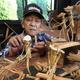 野口さんが作った昔の農作業を再現した竹細工。火であぶって曲げた竹も使う(長崎県大村市で)