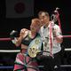 <IBF女子世界アトム級タイトルマッチ>判定勝ちで初防衛を果たし、花形進会長(右)と記念撮影する花形冴美