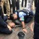 銃撃後、警察に取り押さえられる丸山容疑者
